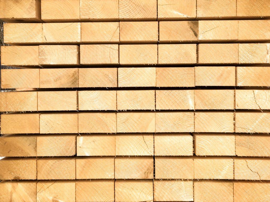 fenyőker fatelep fenyő fűrészáru fakereskedés tüzép termékek gerenda palló minőség
