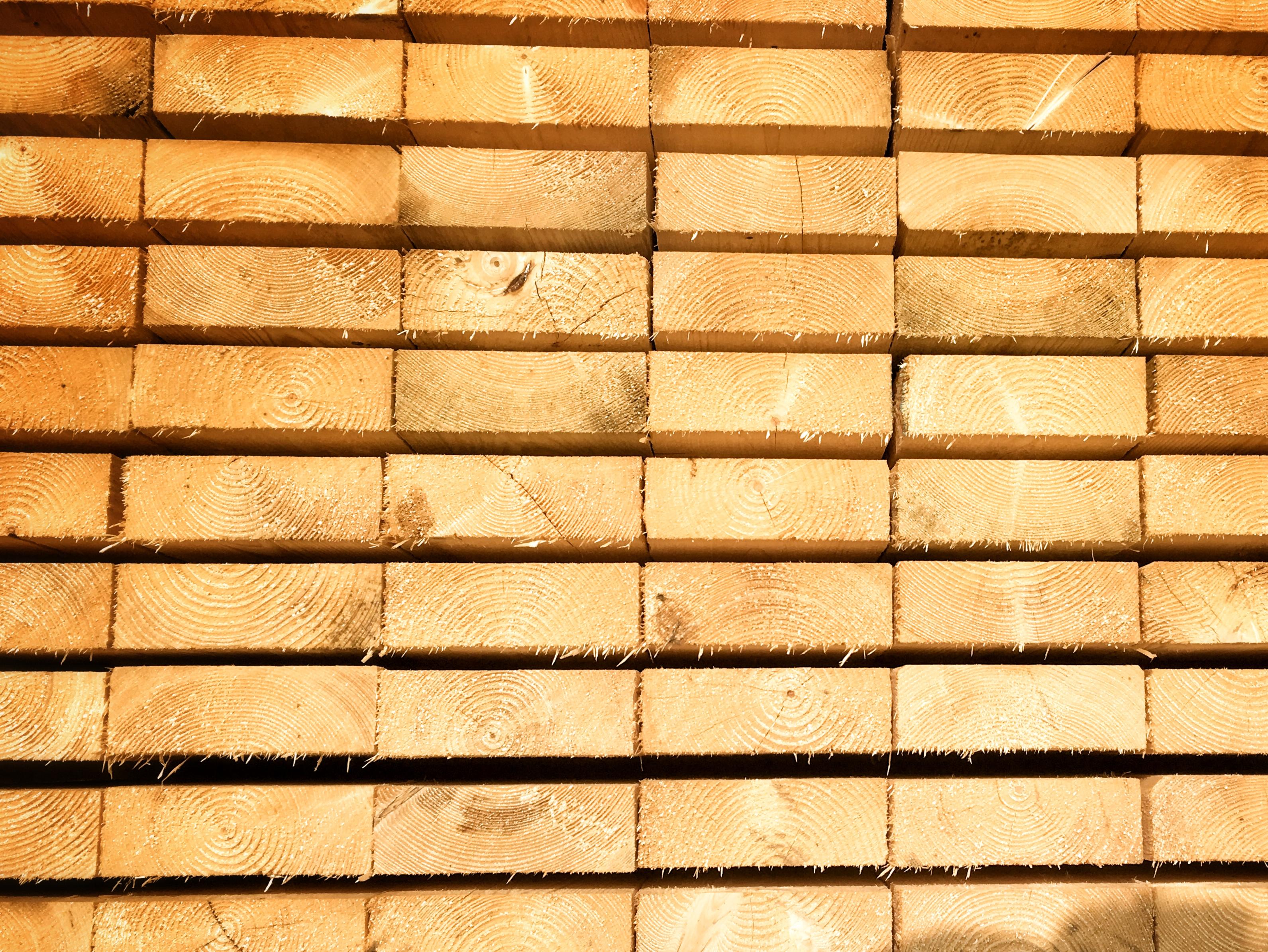 fenyőker fatelep fenyő fűrészáru fakereskedés tüzép termékek palló minőség